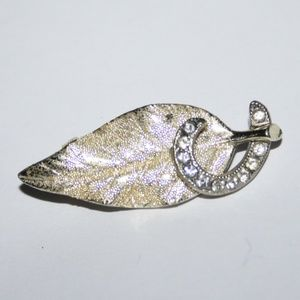 Stunning vintage gold brooch with rhinestones